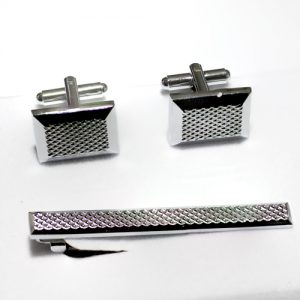 cufflink-set-silver-color-with-engraved-pattern